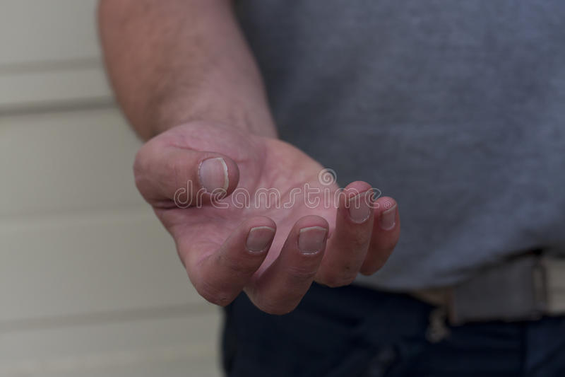 Main masculine priant l'aide photographie stock libre de droits