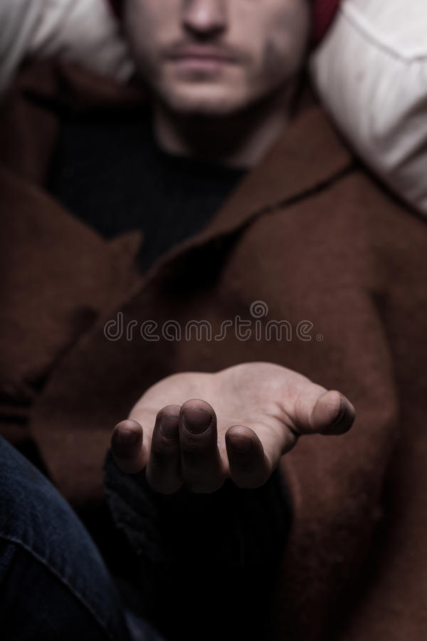 Main masculine priant pour l'argent photographie stock