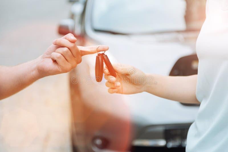 Main masculine remettant des clés de voiture à la femme photos libres de droits