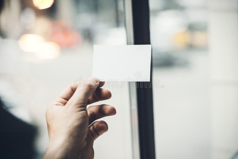 Main masculine tenant la carte de visite professionnelle de visite blanche sur image libre de droits