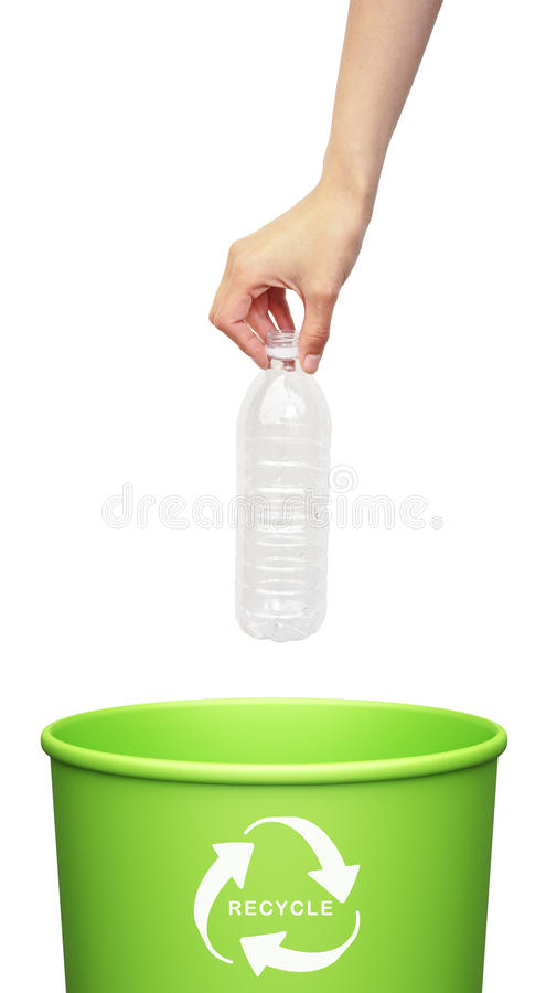 Main mettant une bouteille en plastique images libres de droits