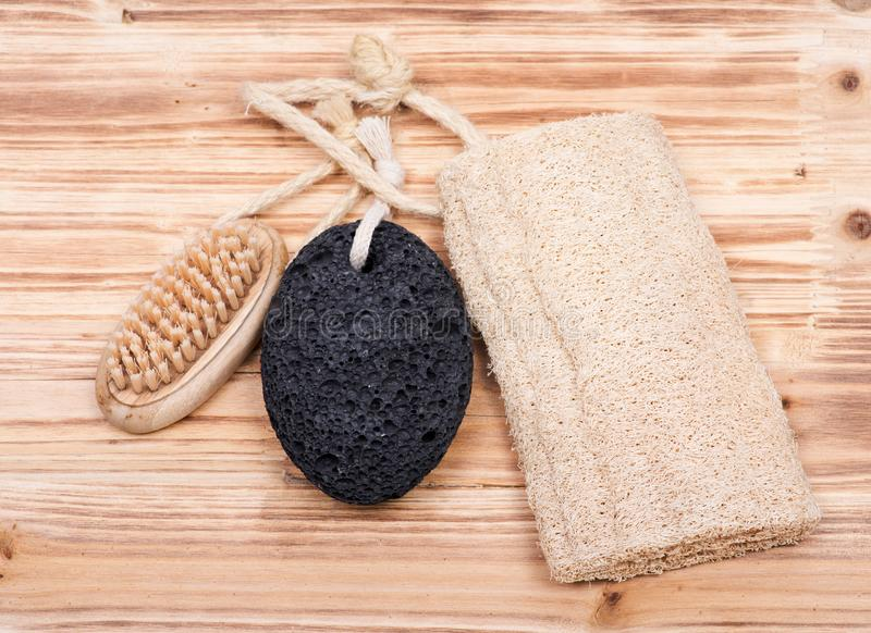 Main naturelle de poil et brosse en bois de clou, pierre ponce volcanique et éponge de luffa photographie stock libre de droits