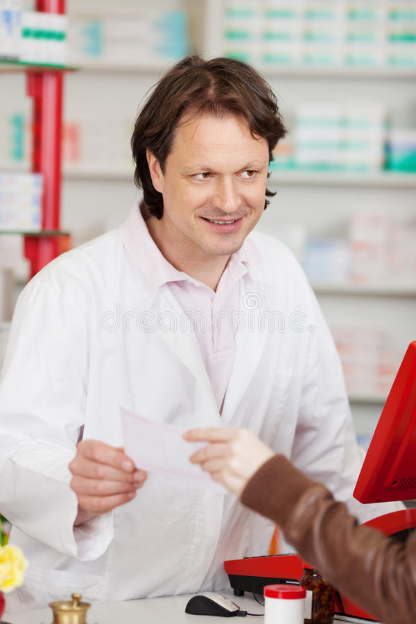 Main passant le papier de prescription au pharmacien photos libres de droits