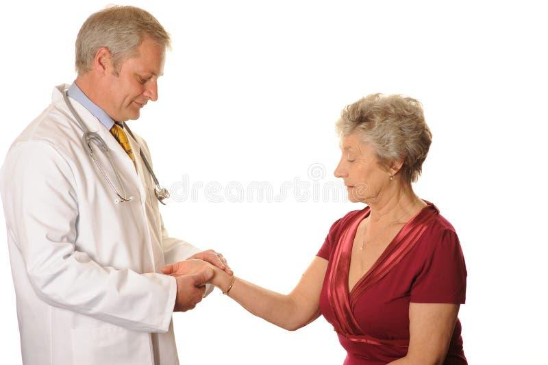Main patiente femelle de fixation de docteur photographie stock