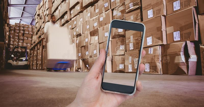Main photographiant des boîtes dans l'entrepôt photos libres de droits