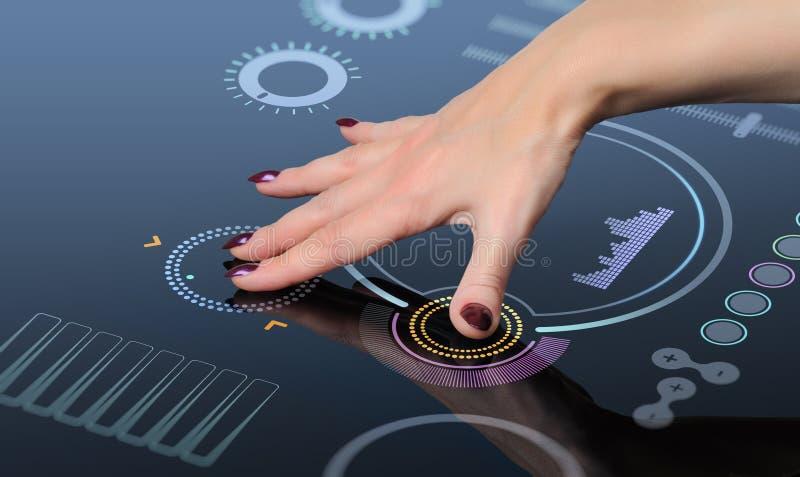 Main pour appuyer sur le bouton sur l'écran tactile photo libre de droits