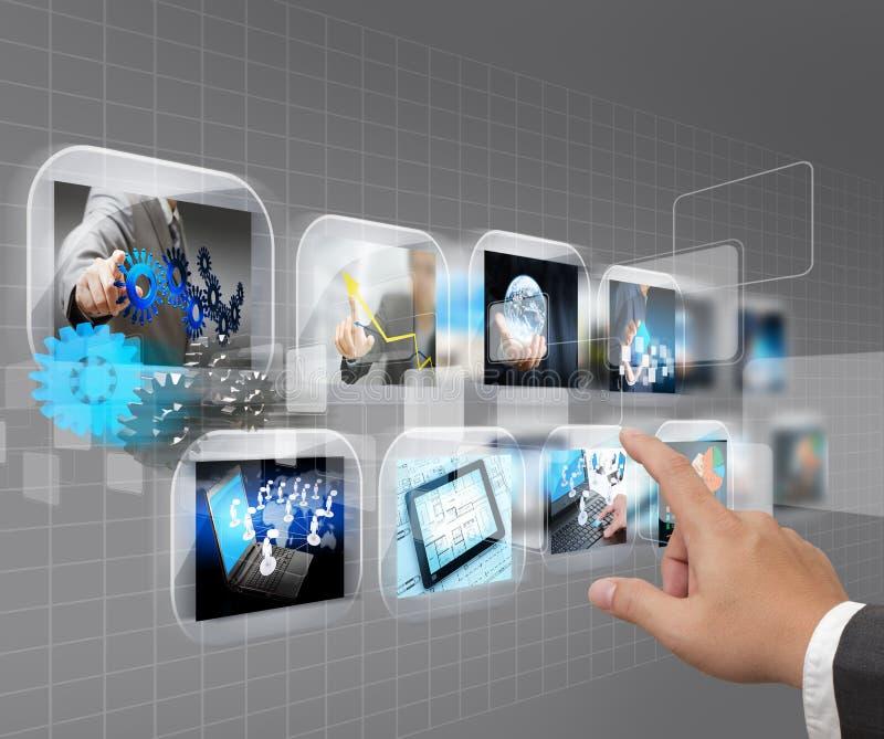 Main poussant la surface adjacente d'écran tactile images stock