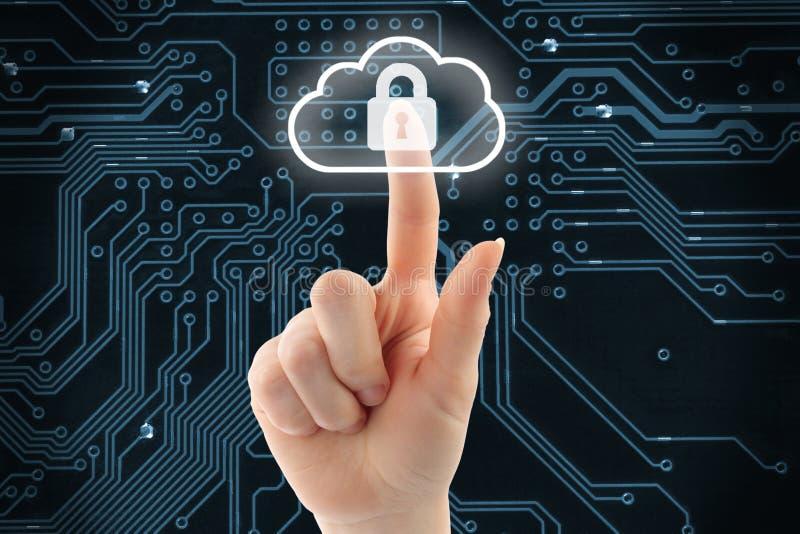 Main poussant le bouton virtuel de sécurité de nuage images libres de droits