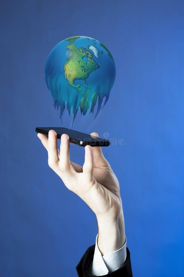 Main poussant sur une surface adjacente d'écran tactile photographie stock