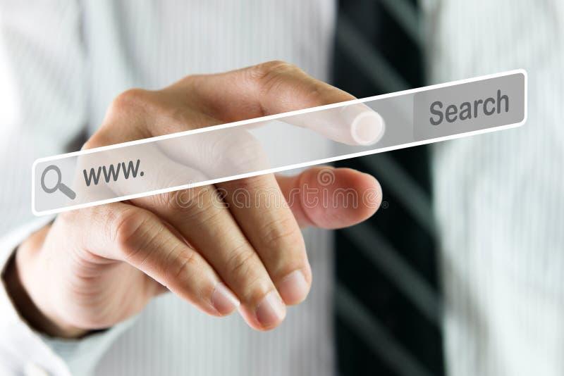 Main recherchant sur l'écran virtuel photographie stock libre de droits