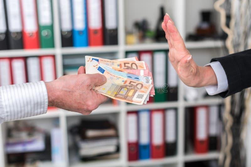 Main rejetant une offre d'argent image libre de droits
