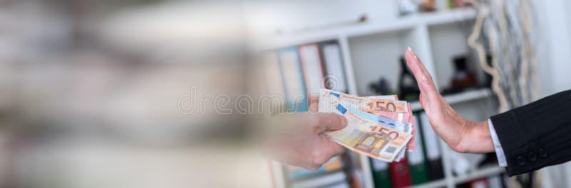 Main rejetant une offre d'argent Drapeau panoramique photo stock