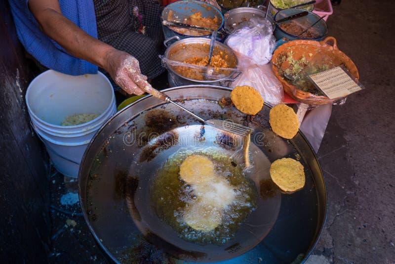 Main renversant des gorditas cuits à la friteuse au Mexique photos stock
