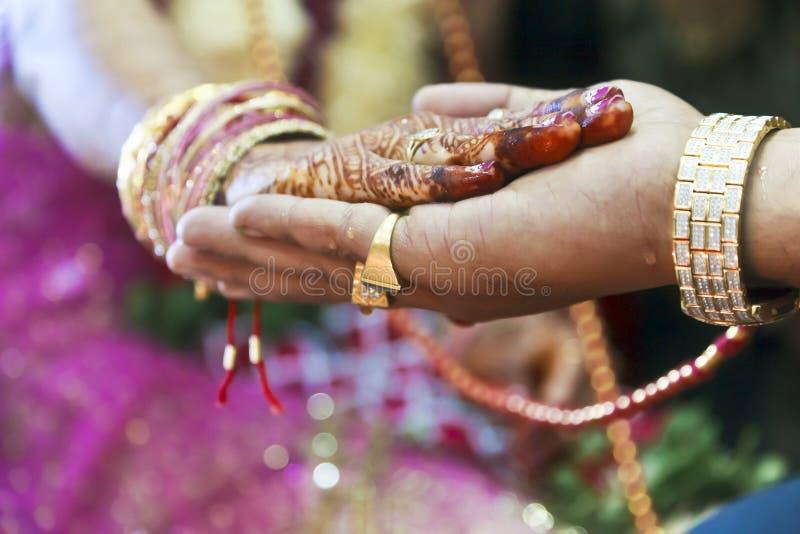 Main rituelle de grand mariage indou en main images stock