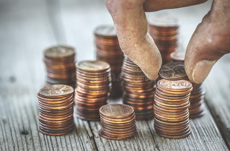 Main sale comptant des pièces de monnaie photographie stock
