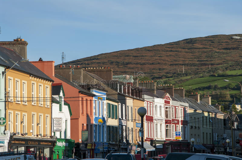 Main Street av Bantry i ståndsmässiga Cork Ireland royaltyfria bilder