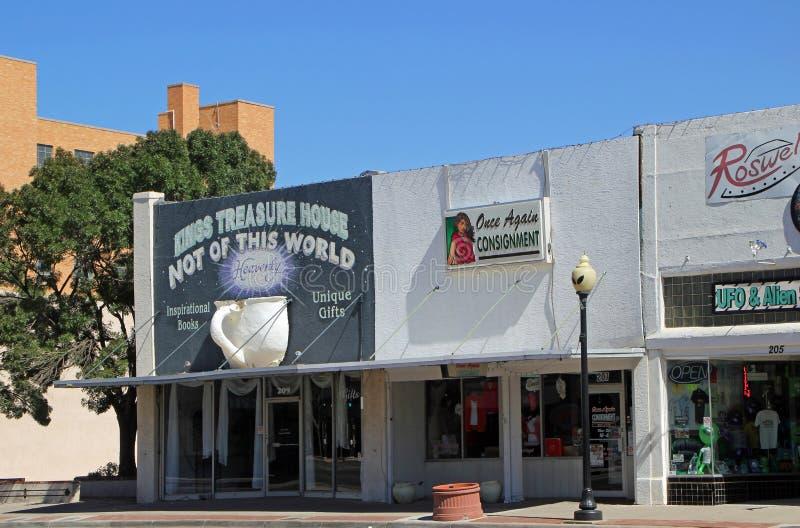 Main Street en Roswell con las tiendas de regalos extranjeras fotos de archivo