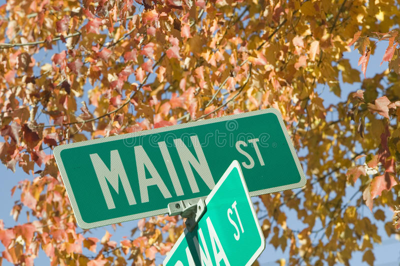 Main Street U.S.A. e foglie di autunno, New Hampshire, Nuova Inghilterra fotografie stock libere da diritti