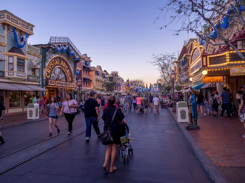 Main Street USA, Disneyland på natten royaltyfri bild