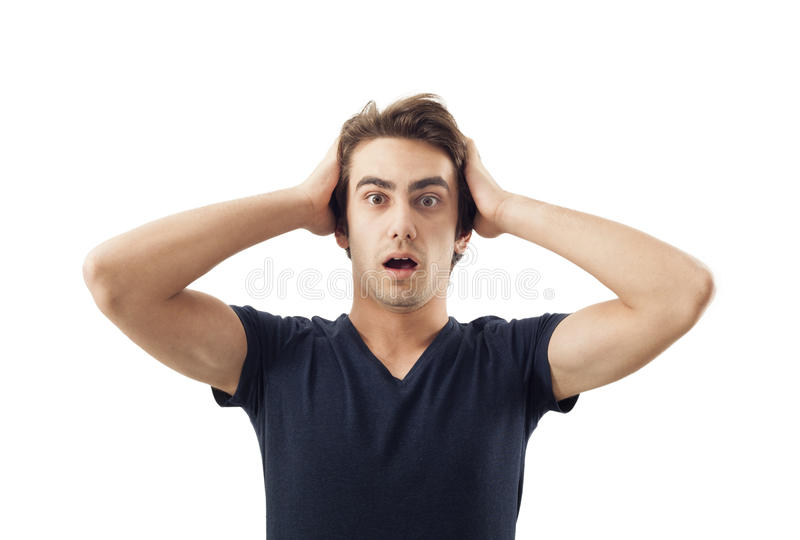 Main stupéfaite de jeune homme tenant la tête photos libres de droits