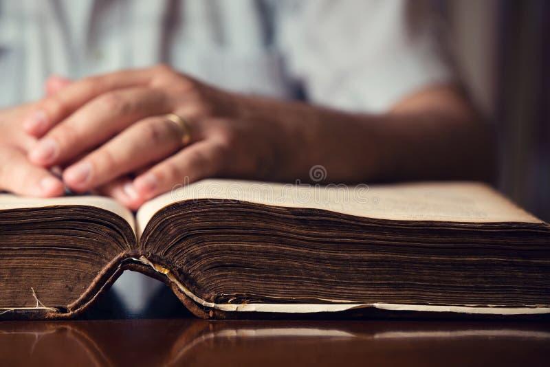 Main sur la bible photographie stock libre de droits