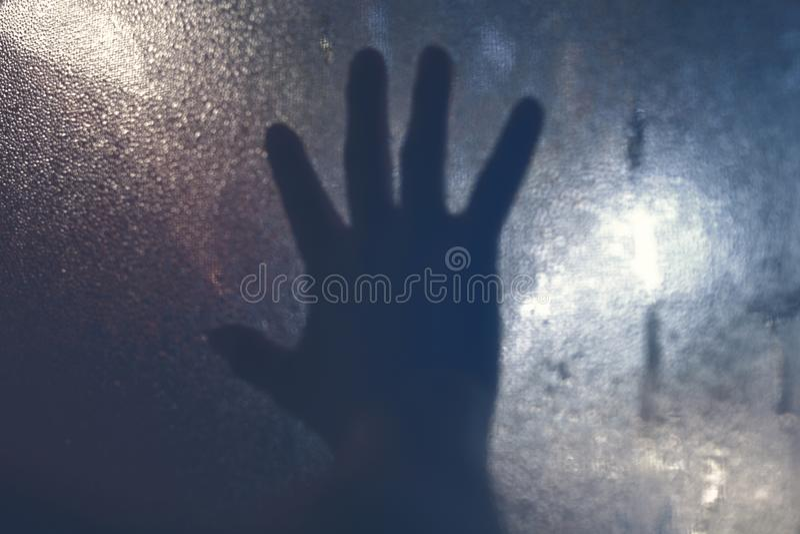 Main sur la fenêtre photo stock