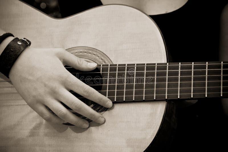 Main sur la guitare. photos libres de droits