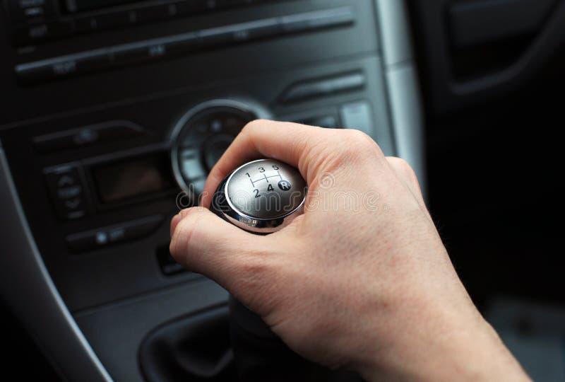 Main sur la molette manuelle de changement de vitesse photo libre de droits