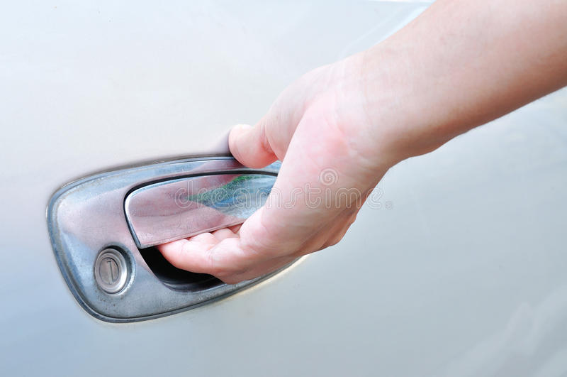 Main sur la poignée Plan rapproché de l'homme dans le formalwear ouvrant une portière de voiture photographie stock libre de droits