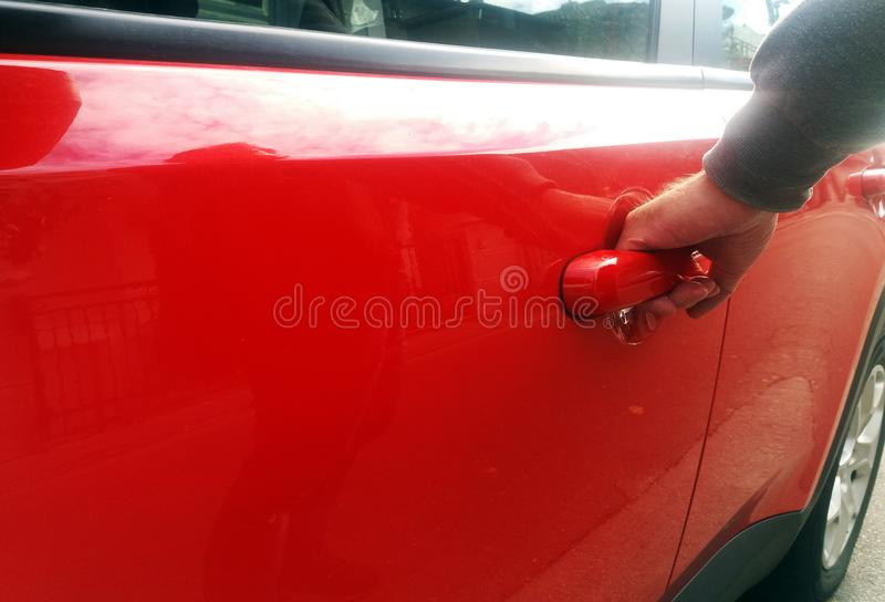 Main sur la poignée Plan rapproché de l'homme dans le formalwear ouvrant une portière de voiture image stock