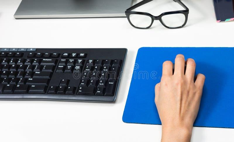 Main sur la souris d'ordinateur images libres de droits