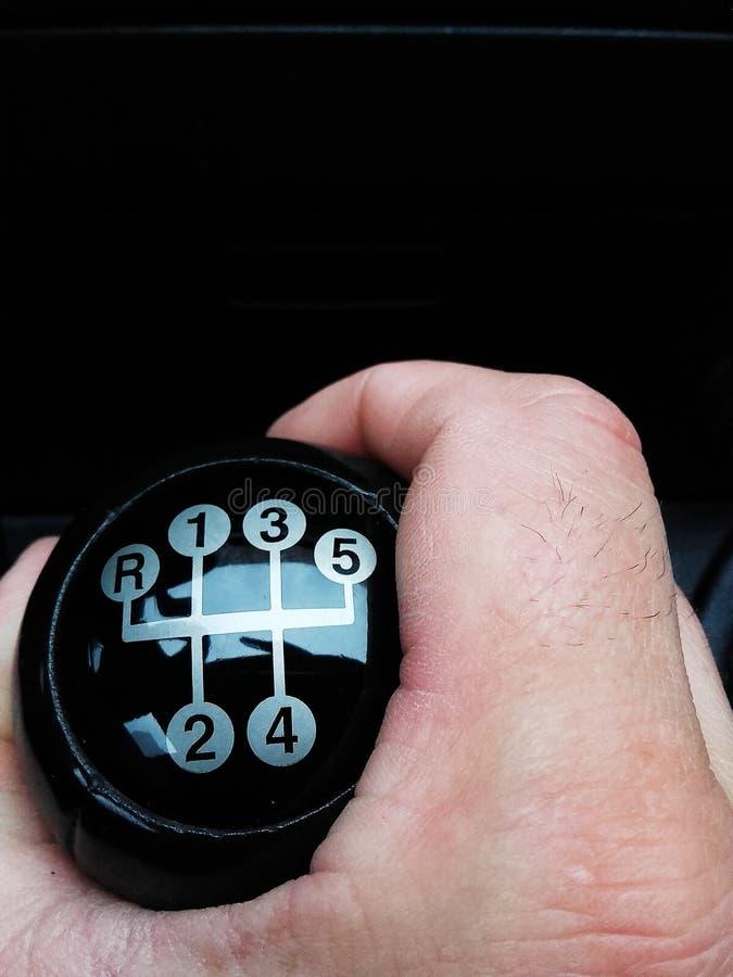 Main sur le changement de vitesse manuel photos libres de droits
