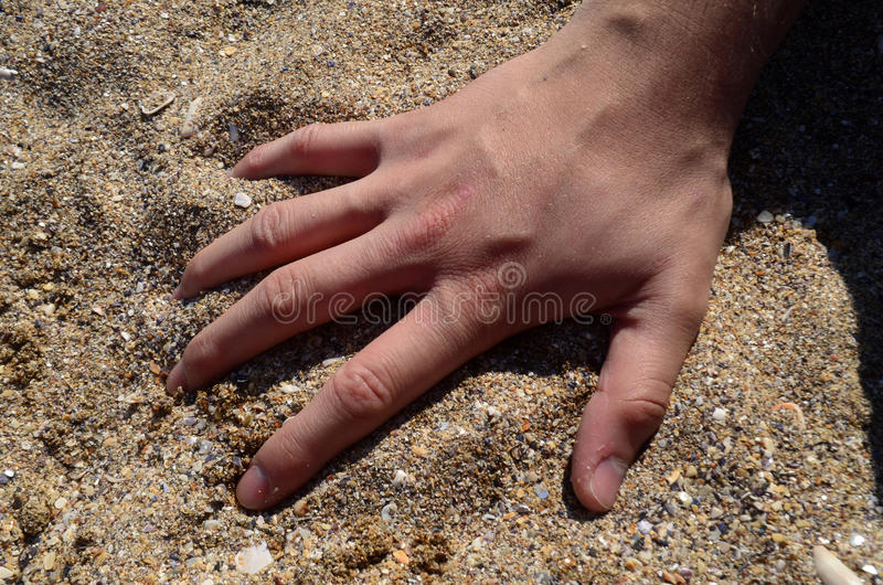 Main sur le sable images libres de droits