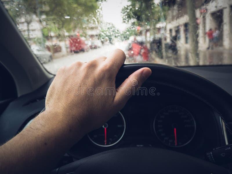 Main sur le volant photo libre de droits
