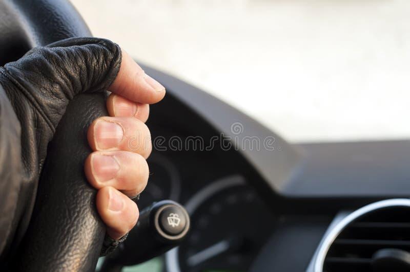 Main sur une roue de Sterring photographie stock