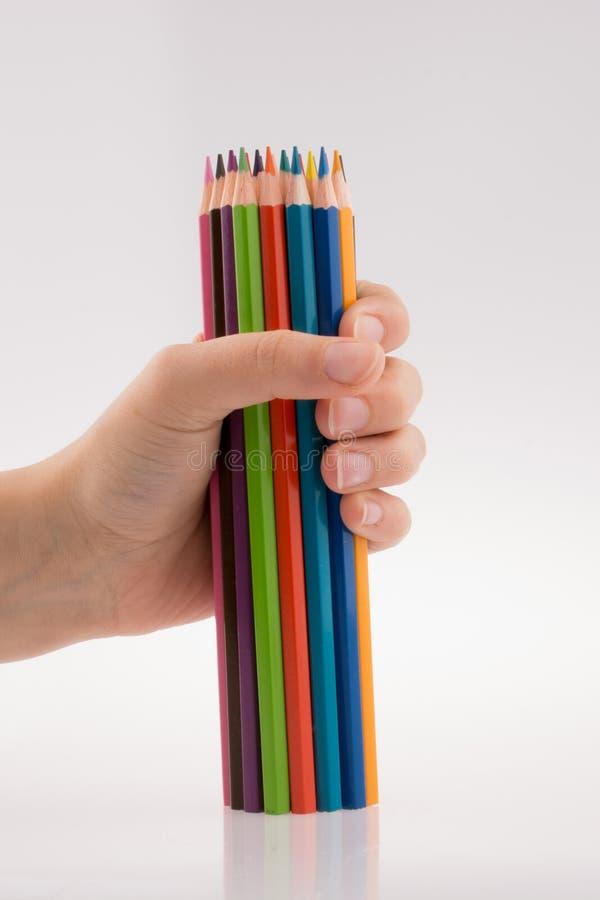 Main tenant des crayons photo libre de droits