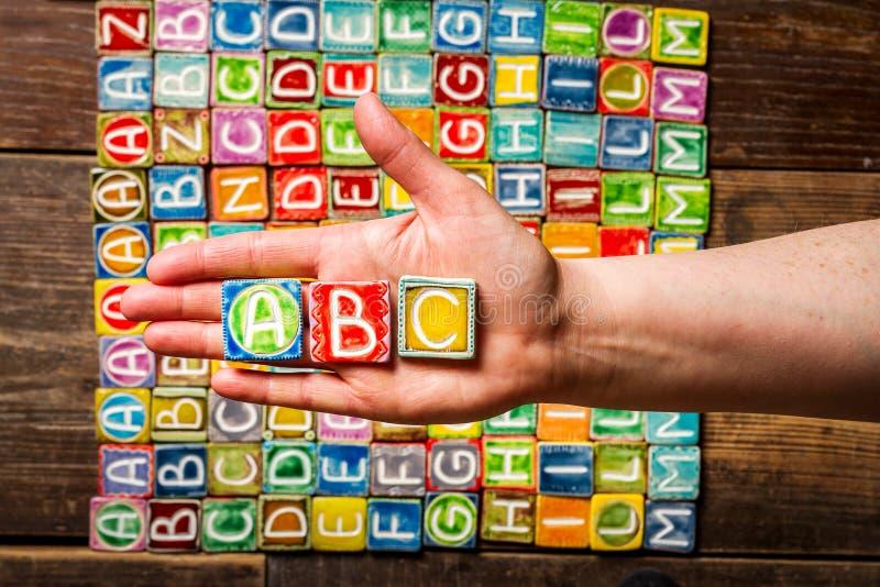 Main tenant des lettres d'ABC photos libres de droits