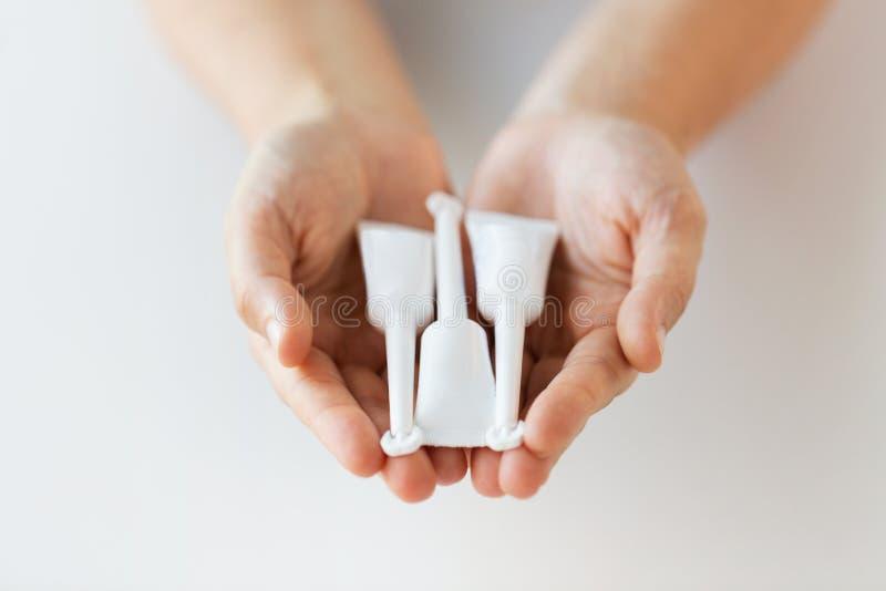 Main tenant des tubes de lavement micro images libres de droits