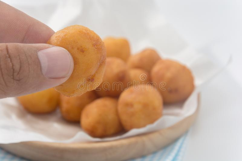Main tenant Fried Sweet Potato Balls image libre de droits