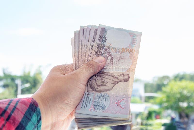 Download Main Tenant L'argent Sur Le Fond De Maison De Tache Floue Image stock - Image du salaire, financier: 87702641