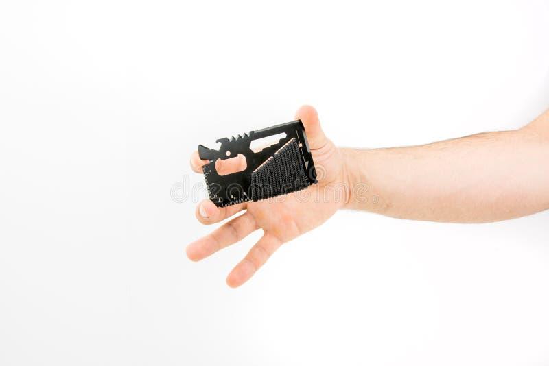 Main tenant l'outil multifonctionnel de carte de portefeuille de survie images stock
