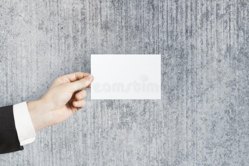 Main tenant la carte de visite vide image libre de droits