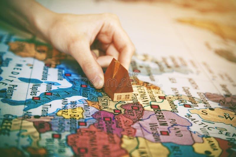 main tenant la maison sur la carte du monde photos libres de droits