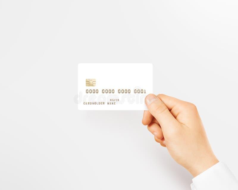 Main tenant la maquette blanche vide de carte de crédit photographie stock libre de droits