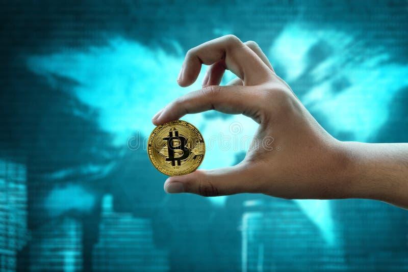Main tenant le bitcoin d'or sur le fond de technologie photos stock