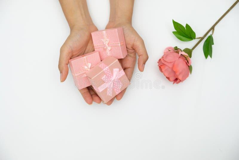 Main tenant le boîte-cadeau rose images libres de droits