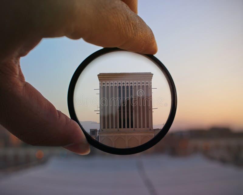 Main tenant le filtre sur l'architecture images libres de droits