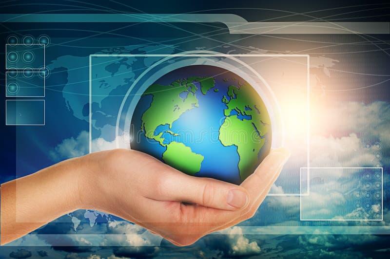 Main tenant le globe dans l'interface virtuelle bleue photo libre de droits