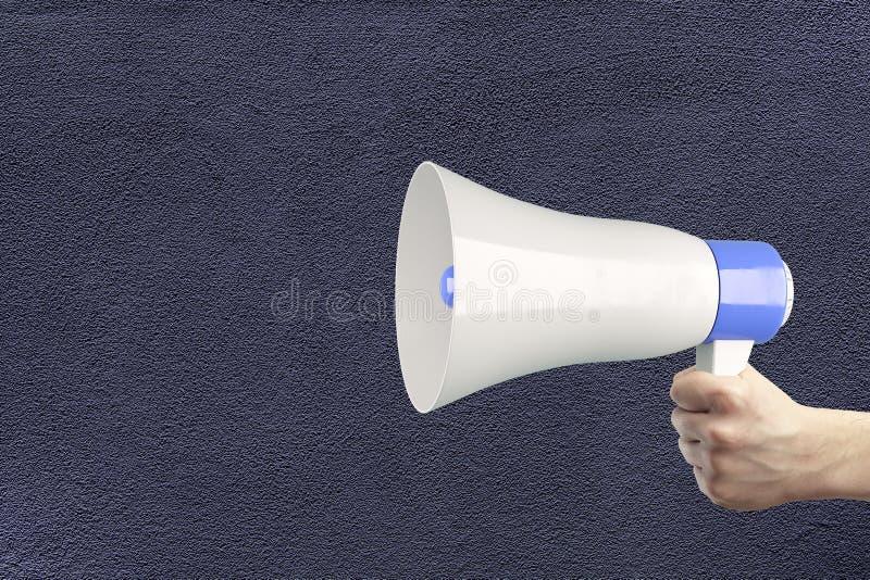 Main tenant le haut-parleur bruyant illustration libre de droits