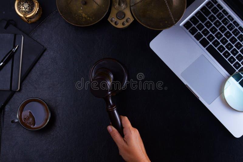 Main tenant le marteau de loi photographie stock libre de droits